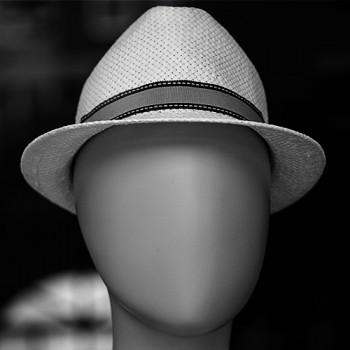 commis mettre un bandeau chapeau